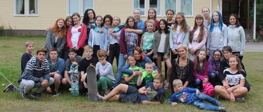 Летний языковой лагерь в Финляндии. Общее фото детей