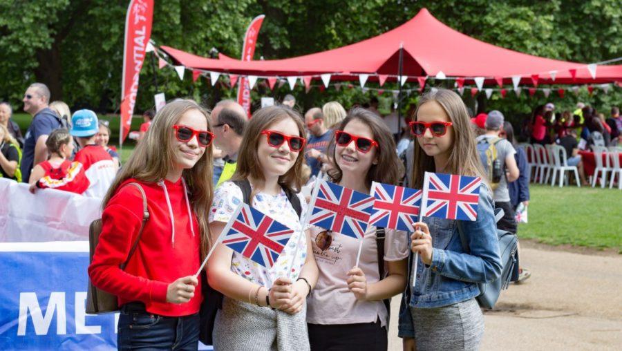 языковой лагерь в лондоне подростки с флагом